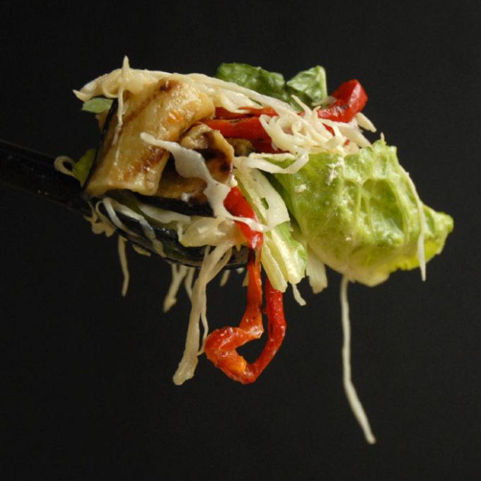 Nytårssalat – sprød smovset salat med stegt aubergine og peberfrugt