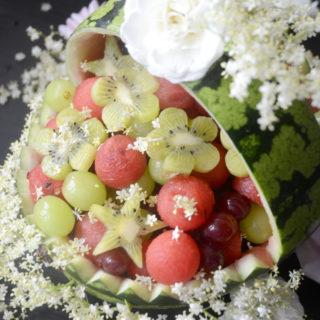 Vandmelonkurv pyntet med blomster