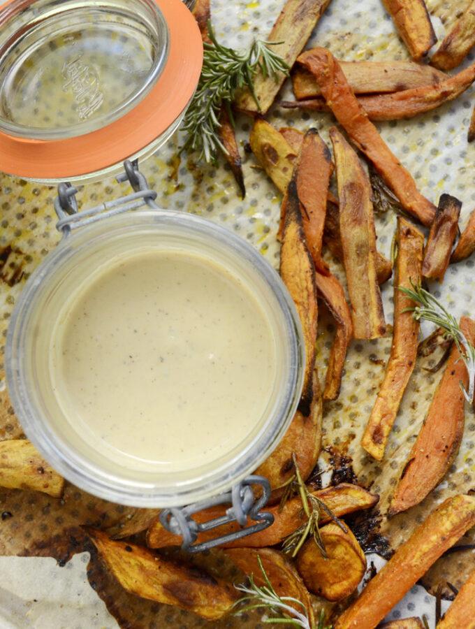 dressing lys tahin og fritter af søde kartofler