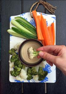 Dressing af lys tahin med grøntsager der dyppes