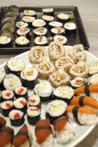 To store tallerkener fyldt med herre lækker sushi