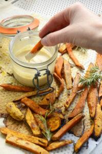 dressing lys tahin og fritter af søde kartofler med rosmarin