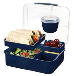 En blå madkasse i plastik med mange rum. Fyldt med mad
